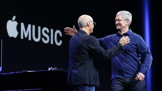 apple-wwdc-2015-tim-cook-jimmy-iovine