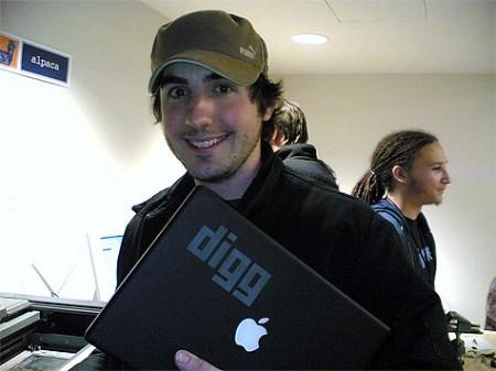 Kevin Rose fundador de Digg con Macbook