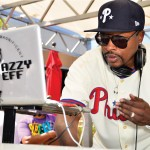 Dj Jazzy Jeff con MacBook y vinilos personalizados