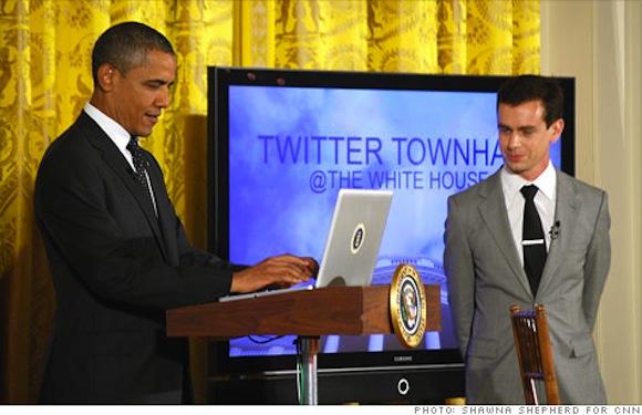 Obama con macbook escribiendo primer tweet