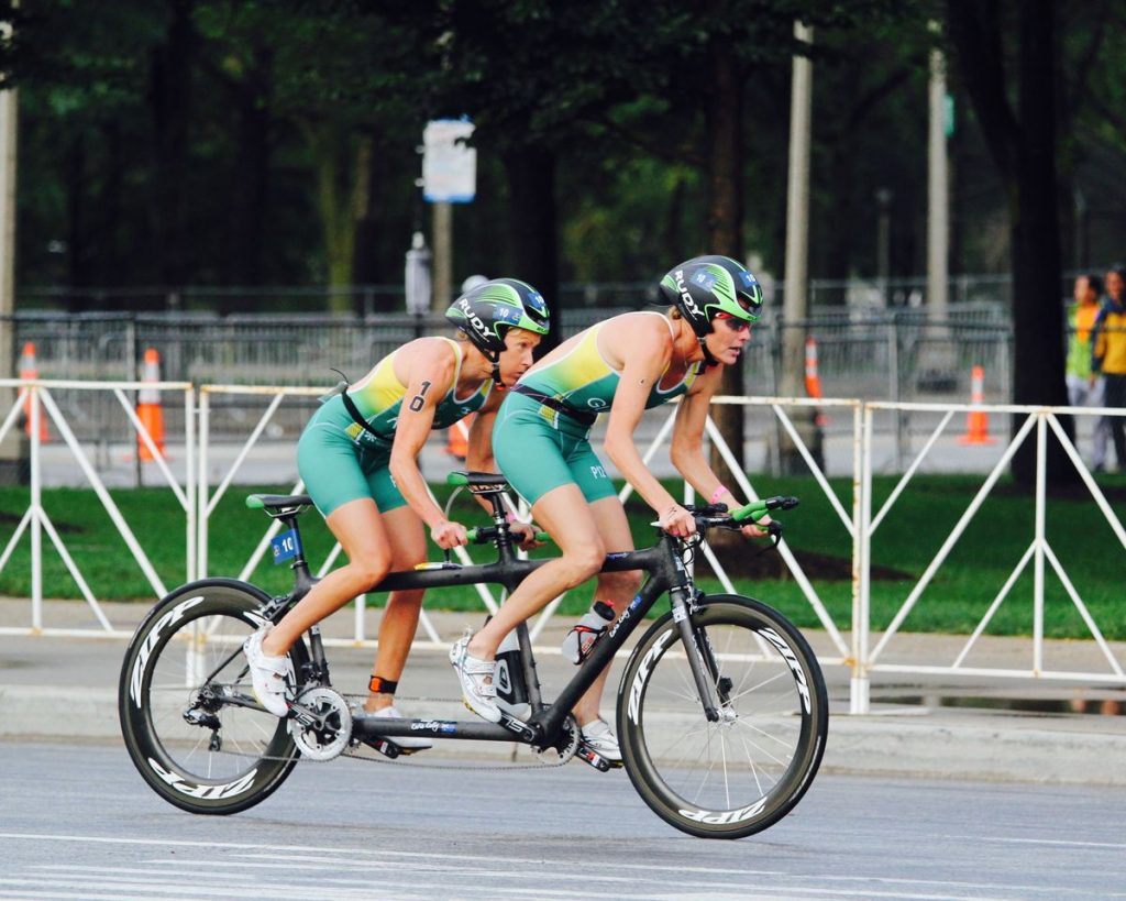 Katie Kelly y Michellie Jones compitiendo en el campeonato del mundo de Paratriathlon en Chicago en 2015. Foto: Kate Kelly