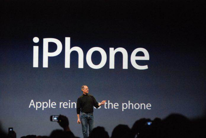 Steve Jobs presentando el primer iPhone