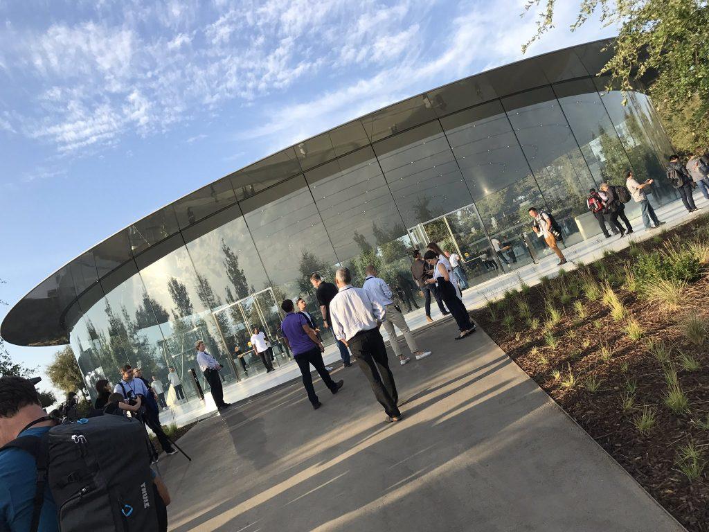 Visitantes esperan en Steve Jobs Theater