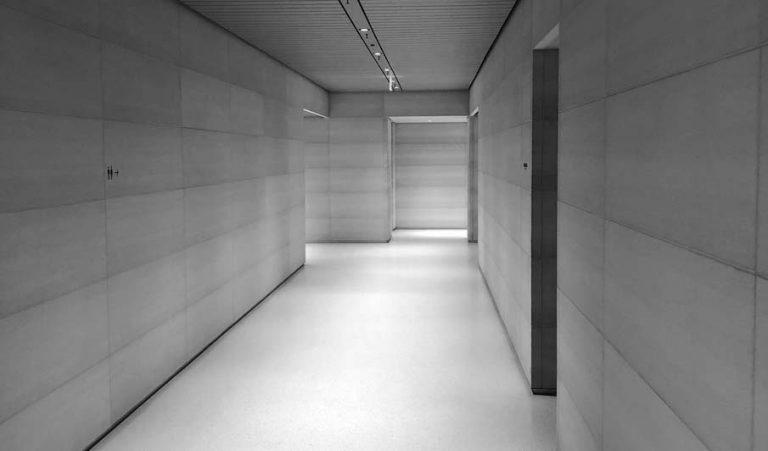 Interior del Centro de Visitantes con indicaciones a los baños (foto: Tyler Fox)