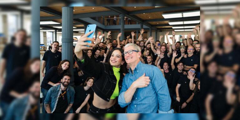 Rosalía y Tim Cook en la Apple Store de Madrid