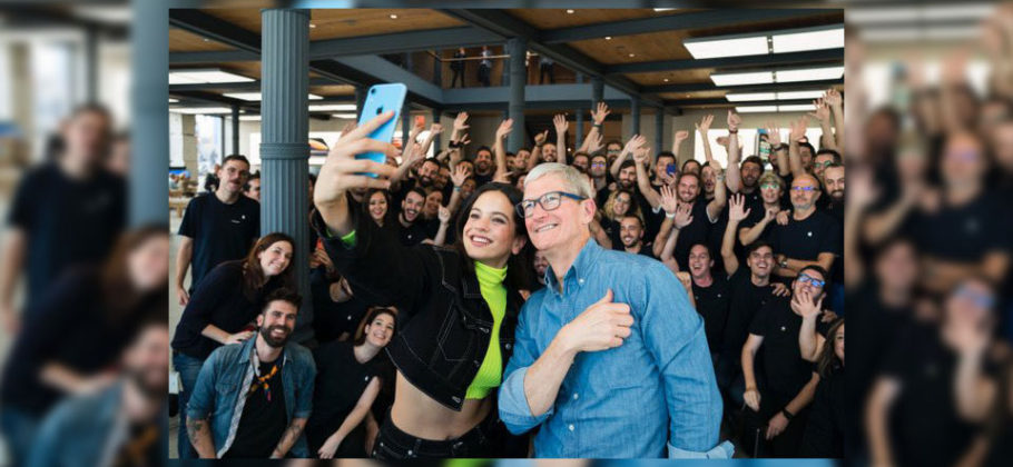 Rosalía y Tim Cook en la Apple Store de Madrid