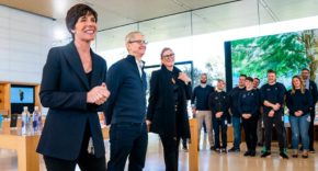 Angela Ahrendts, Tim Cook y Deirdre O'Brien