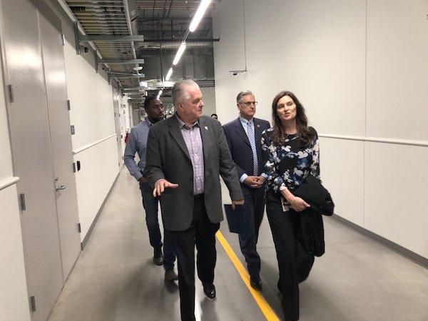 Kristina Raspe y el gobernador de Nevada Sisolak - Data center Nevada