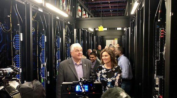 Kristina y Sisolak visitando el data center de Reno