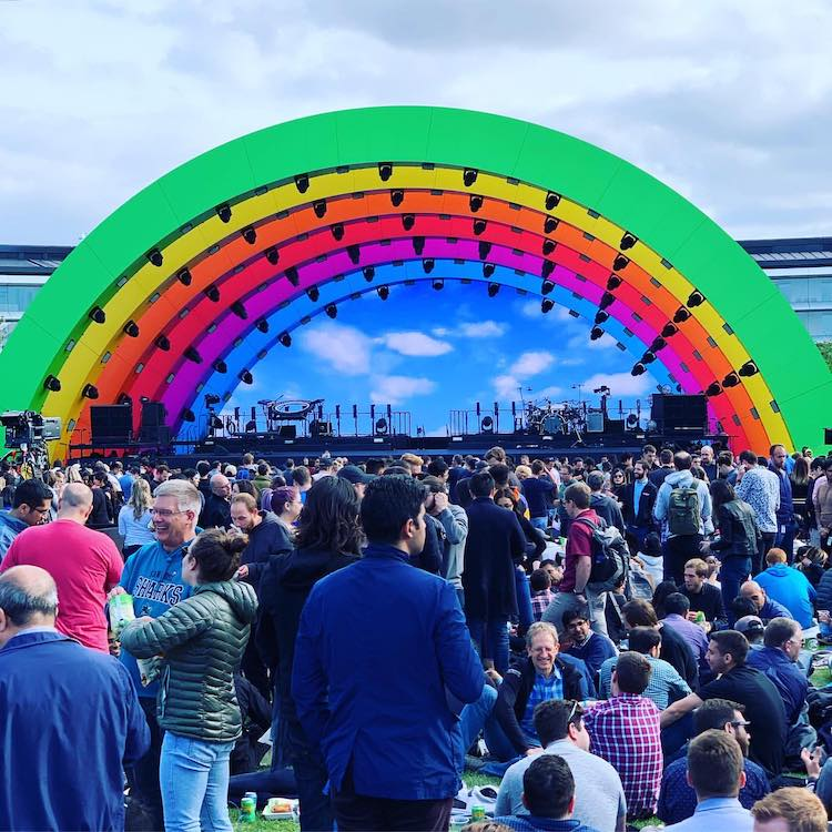Escenario Rainbow del Apple Park