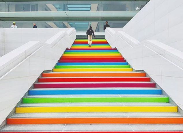 Escalera Arco iris en el Apple Park