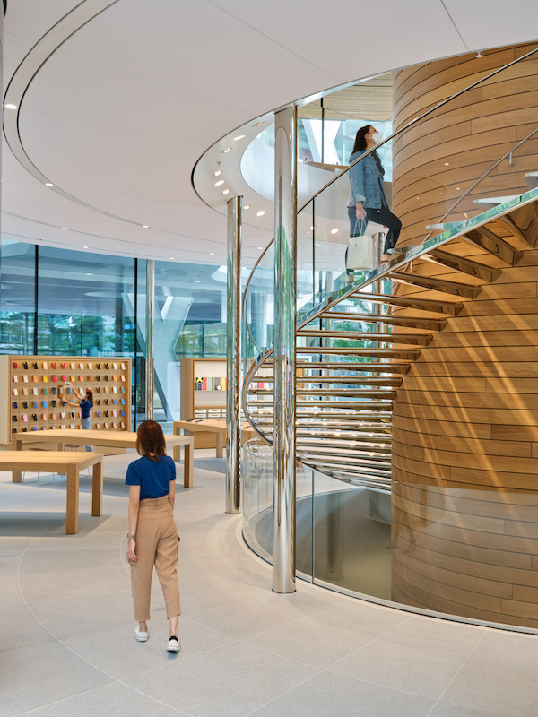 Escalera de caracol del Apple Central World en Tailandia
