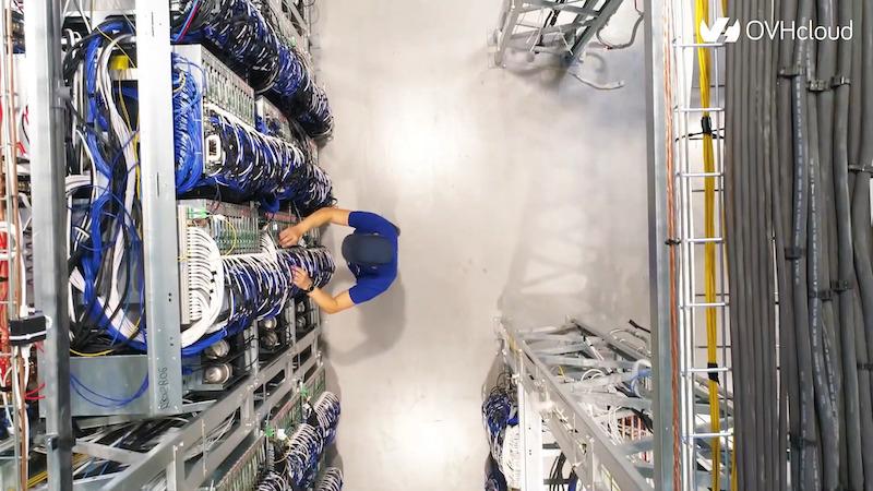 Un técnico trabaja en una sala de un centro de datos de OVH